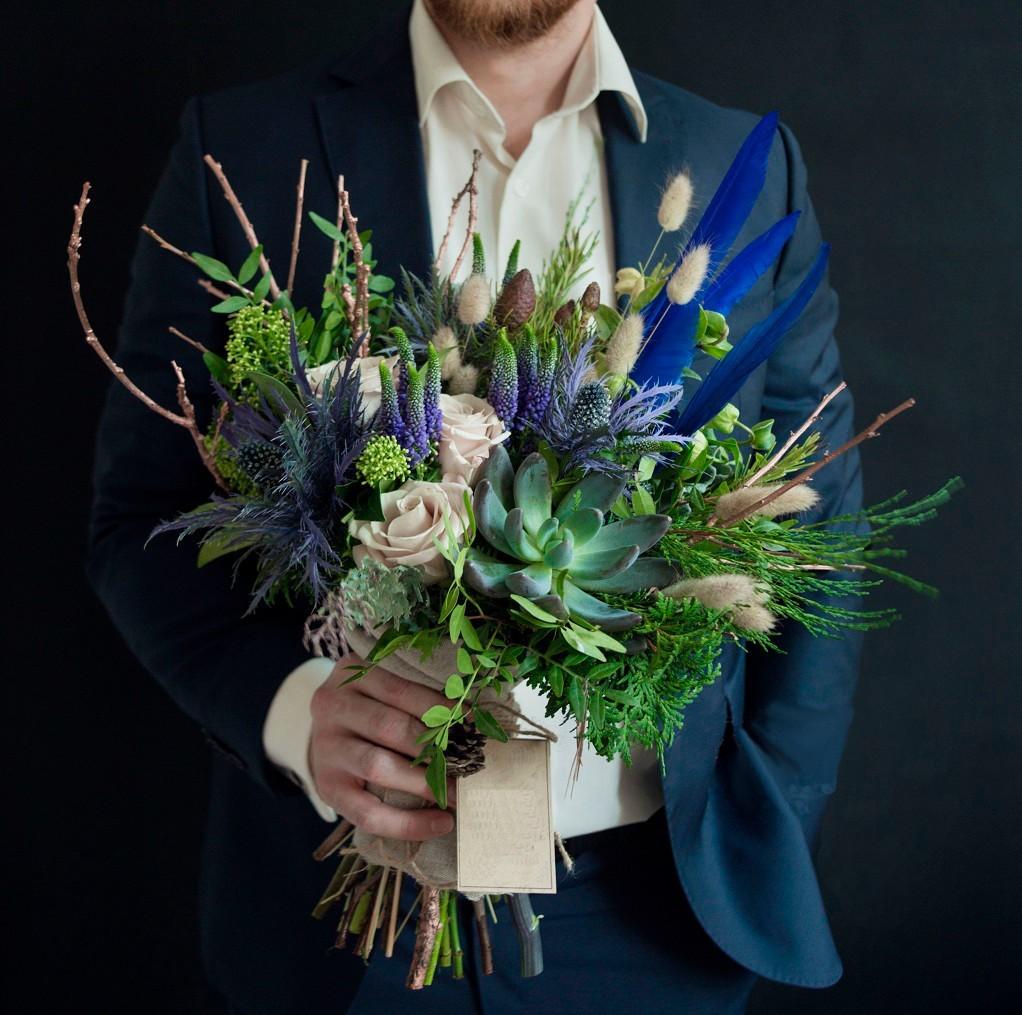 можно ли дарить цветы мужчине?